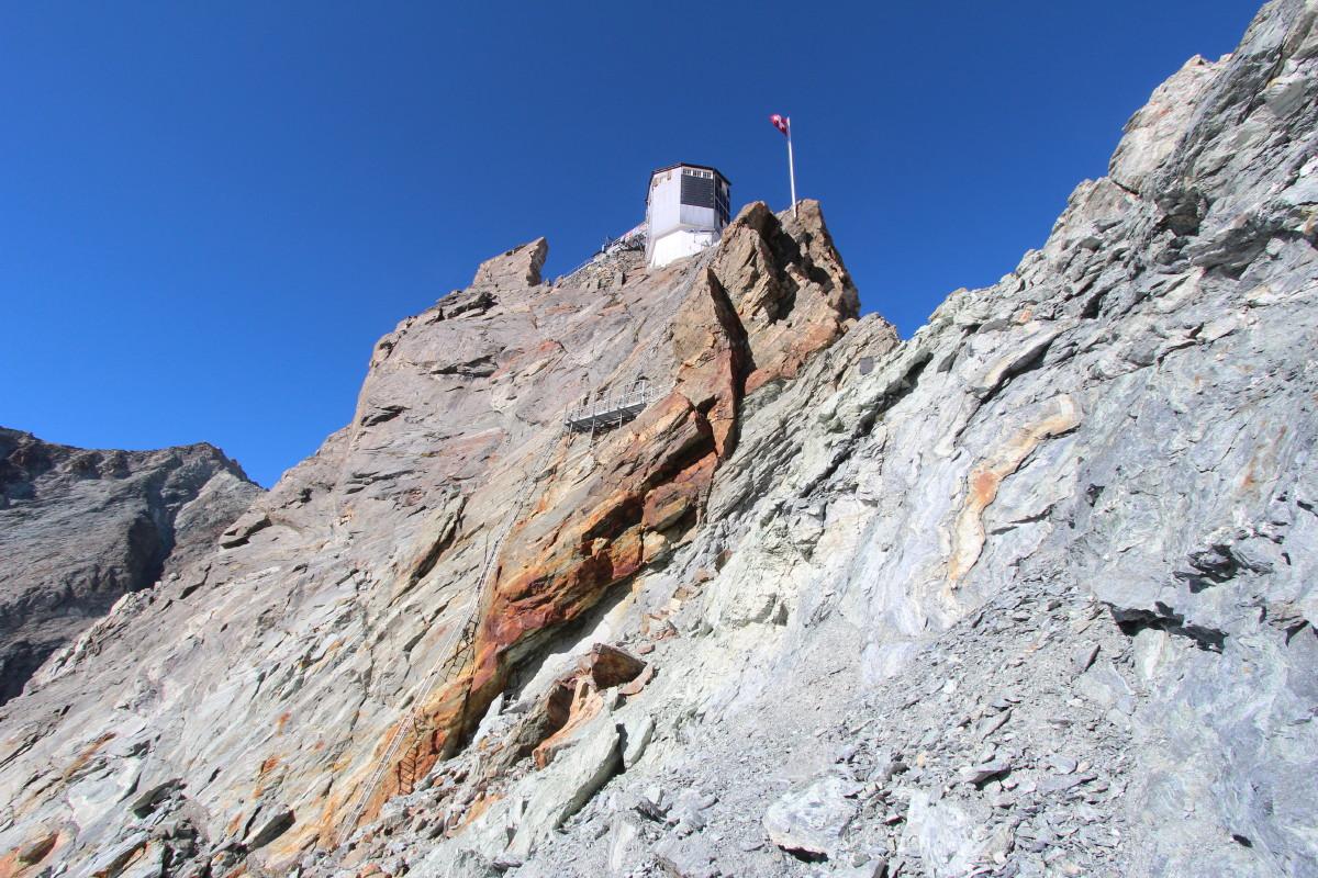 Photo of the Cabane de Bertol above the Col de Bertol