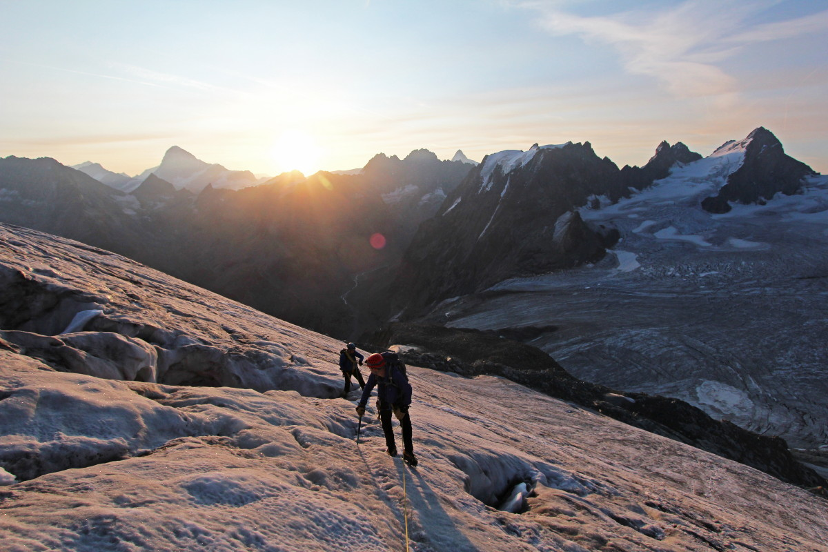 Photo of climbers on the slopes of the Pigne d'Arolla above the Col des Vignettes. Climbers in the foreground